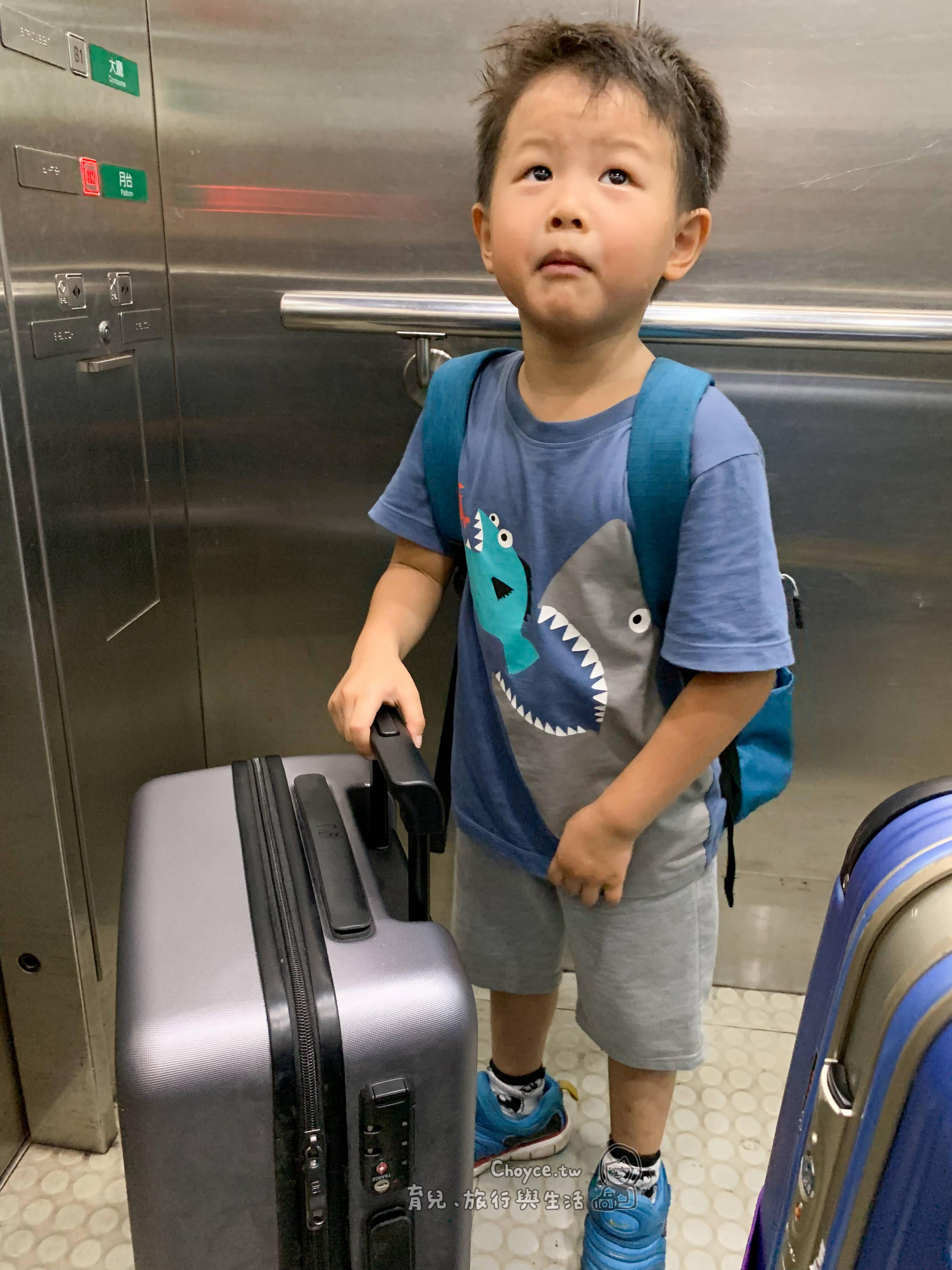 桃園機場捷運初體驗 午後班機悠閒的出發去搭 不趕時間也不會遇到塞車 也無須自己停車再轉接駁