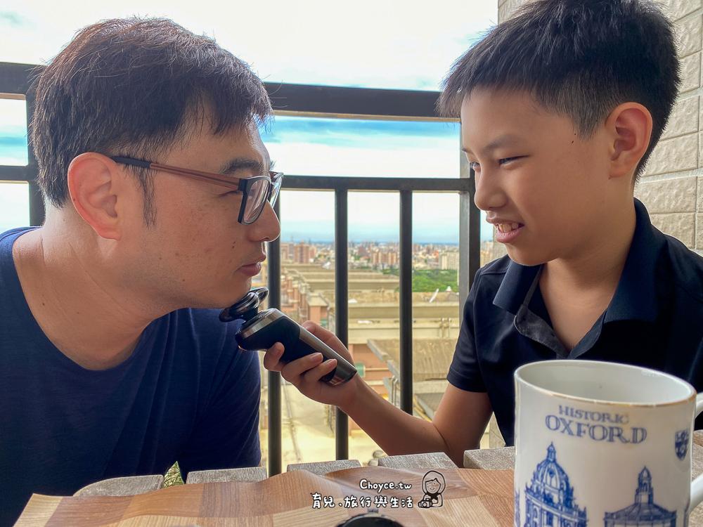 幫爸爸刮鬍子 男孩也想快快長大 88節到燦坤買飛利浦旗艦刮鬍刀 最新款空清機送給你