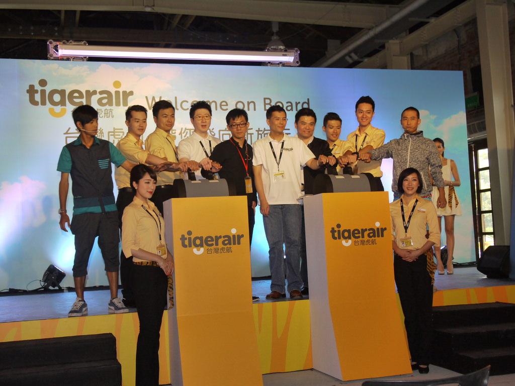 5-代言人+台灣虎航主管推動油門推桿代表開航.JPG