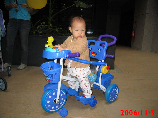 小喬不愛坐推車啦!